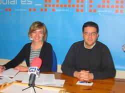 Inmaculada López y Juan Antonio Moreno, en la sede del PP de Hellín.