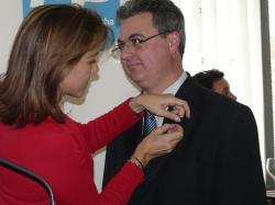 Fermín Cerdán recibe de manos de Cospedal la insignia.