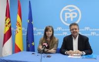 Tania Andicoberry y Juan Antonio Moreno, en la sede del PP de Almansa.