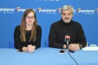 Tania Andicoberry y Ramón Rodríguez, en la sede del PP de Almansa.