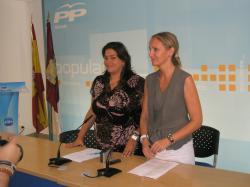 Cesárea Arnedo y Carmen Casero, en la sede del PP.