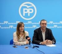 El senador Vicente Aroca, en la sede del PP de Almansa, junto a Tania Andicoberry.