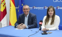 Vicente Aroca y Tania Andicoberry, en la sede del PP de Almansa.