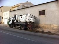 Trabajos de la empresa en Ontur para solucionar el atasco en la red de aguas.