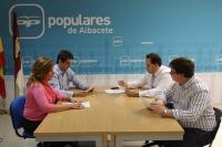 Núñez, reunido con el coordinador de Acción Política, Javier Cuenca, y la presidenta de la Comisión de Empleo del PP, Rosario Rodríguez.