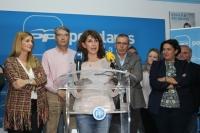 Delfina Molina, en la sede del PP de La Roda, junto al Comité Local y la secretaria regional del PP-CLM, Carolina Agudo.