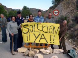 Concejales del PP en la Carretera del Puente de Híjar.