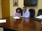 Llanos Soria y Juan Sáez firman el acuerdo.