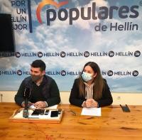 El presidente de NNGG de Albacete, Juan Carlos González, y la concejal del Grupo Popular de Hellín, Miriam García, durante la rueda de prensa ofrecida en esta localidad