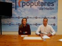 Carmen Navarro y Pedro García, en la sede del PP de Hellín.