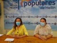 Carmen Navarro y Miriam García, en la sede del PP de Hellín.
