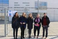 Carmen Navarro y Llanos Navarro, junto a miembros de Nuevas Generaciones, en las puertas del Centro de Salud zona 1 de Albacete.
