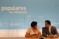 Cesárea Arnedo y Francisco Núñez, en la sede del PP.