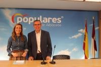 Carmen Navarro y Vicente Aroca, en la sede provincial del PP.