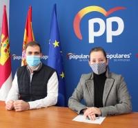 Benjamín Calero y Tania Andicoberry, en rueda de prensa en el PP de Almansa.