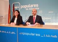 Juan Marcos Molina y Amalia Gutiérrez en rueda de prensa.