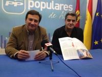 José Luis Teruel y Ramón Rodríguez con la revista médica.