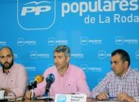 Javier González Núñez, en el centro de la imagen, será el nuevo presidente local del PP de La Roda.