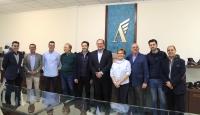 Lorenzo Robisco visita la fábrica de calzado Ángel Infante de Almansa, junto al alcalde Javier Sánchez y junta local del PP de Almansa.