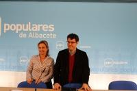 Maravillas Falcón y Álvaro Nadal, en rueda de prensa en la sede del PP.