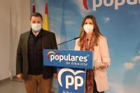 Manuel Serrano y Carolina Agudo, en la sede del PP de Albacete.