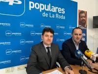 Francisco Navarro y Fermín Gómez, en la sede del PP de La Roda.