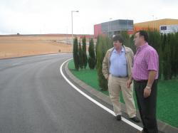 Antonio Serrano y José Miguel Mollá, en el Parque Tecnológico de Caudete.