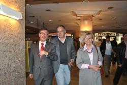 Pons, arropado por Marcial Marín y Carmen Bayod.