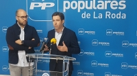Juan Luis Escudero y Lorenzo Robisco, en la sede del PP de La Roda.