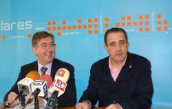 Marcial Marín y Manuel Mínguez, en la sede del PP de Hellín.