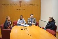 El alcalde de Almansa, Francisco Núñez, junto a padres y madres afectados.