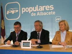 Marcial Marín, Ramón Aguirre y Carmen Bayod, en la sede del PP.