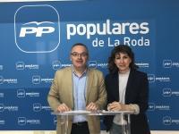 Santiago Blasco y Delfina Molina, en la sede del PP de La Roda.