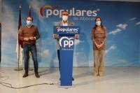 Vicente Aroca, junto a Carmen Navarro y Antonio Martínez, en la sede del PP de Albacete.