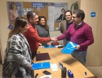 Manuel Serena formalizó su candidatura en la sede del PP de Hellín, con presencia del presidente provincial Francisco Núñez.