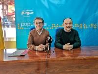 Antonio Martínez y Valentín Bueno, en la sede del PP de Villarrobledo.
